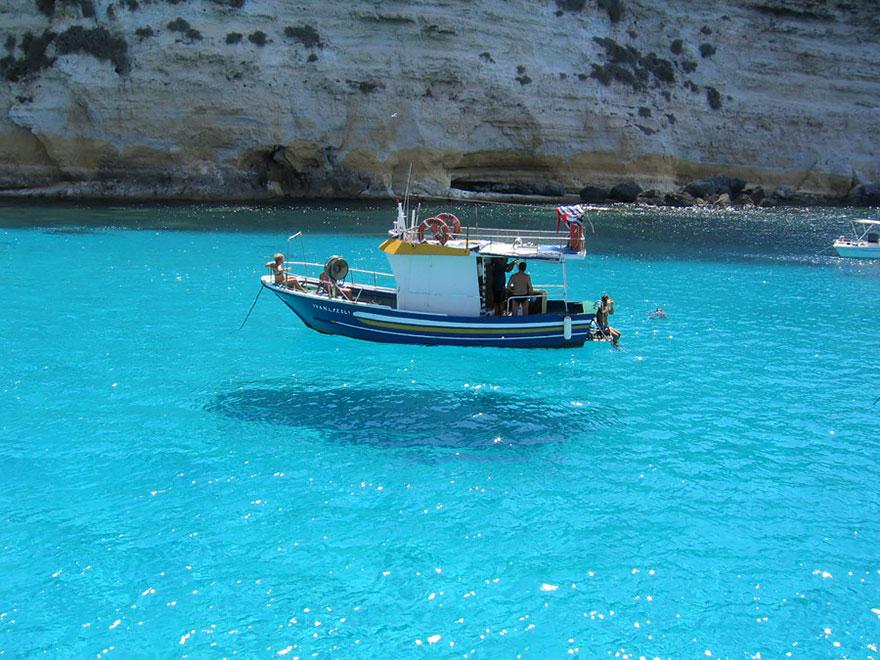 Vene näyttää leijuvan ilmassa