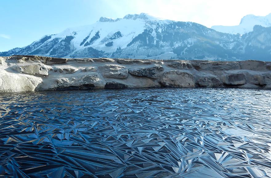 Jäätynyt järvi Sveitsissä