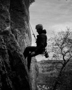 kiipeily kalliolla mies laskeutuu köydellä