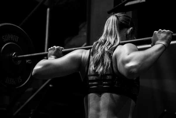 Lihashuoltovasara nainen nostaa painoja