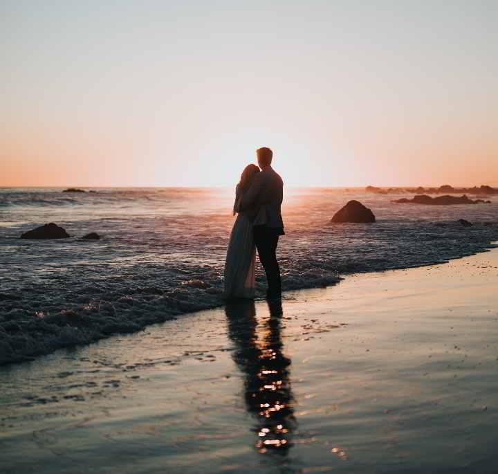 Ystävänpäivän vietto pariskunta rannalla auringonlasku